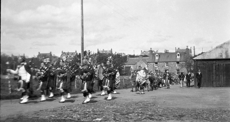 Pipe band in Meadows Park Road