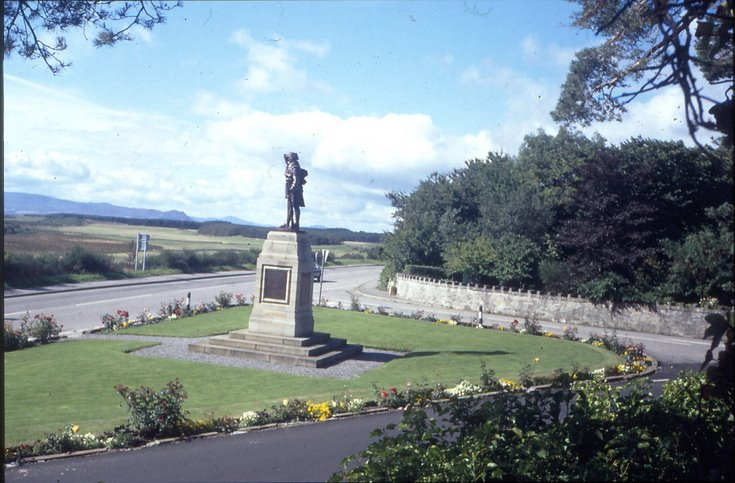 War memorial in old position 1989