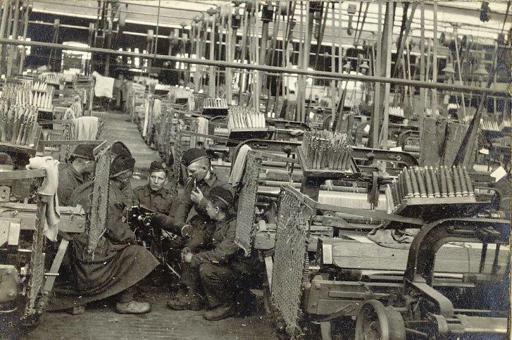 Instruction on machine gun in deserted spinning mill