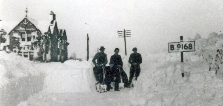 Men digging out deep snow B 9168 near War Memorial 1955